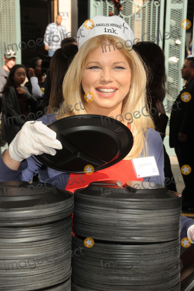 Donna DErrico Photo - 25 November 2015 - Los Angeles California - Donna DErrico 2015 Los Angeles Mission Thanksgiving Meal for the Homeless held at the LA Mission Photo Credit Byron PurvisAdMedia