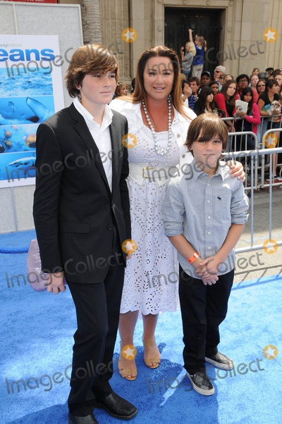 Keely Shaye-Smith Photo - Keely Shaye Smith and Childrenat the Oceans Los Angeles Premiere El Capitan Theatre Hollywood CA 04-17-10