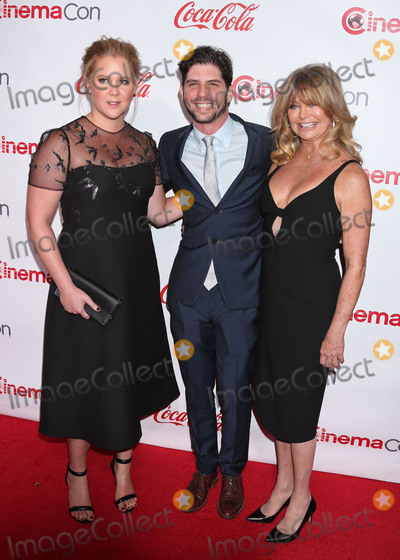 Amy Schumer Photo - Photo by REWestcomstarmaxinccomSTAR MAXCopyright 2017ALL RIGHTS RESERVEDTelephoneFax (212) 995-119633017Amy Schumer Jonathan Levine and Goldie Hawn at the Big Screen Achievement Awards during CinemaCon 2017 at Caesars Palace(Las Vegas Nevada)