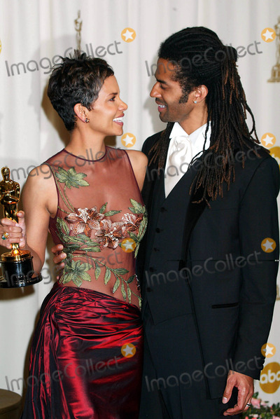 Halle Berry Photo - Photo by Russ EinhornSTAR MAX Inc - copyright 200232402Halle Berry and her Husband Eric Benet in the Press Room at The Oscars ( The Kodak Theater Hollywood Ca )