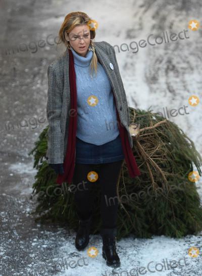 Renee Zellweger Photo - Photo by KGC-102starmaxinccomSTAR MAXCopyright 2015ALL RIGHTS RESERVEDTelephoneFax (212) 995-1196101315Renee Zellweger on the set of Bridget Joness Baby in Borough Market(London England UK)