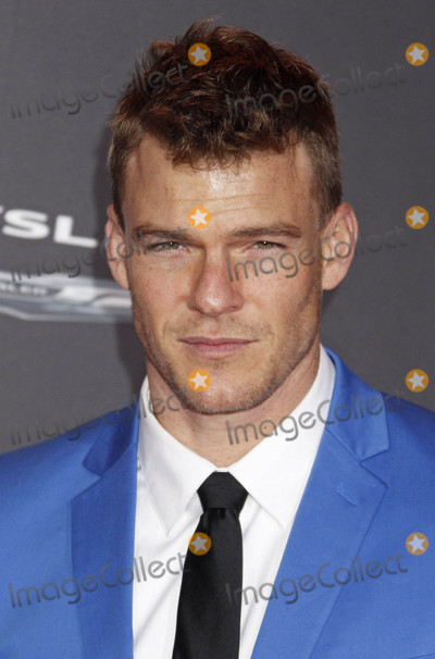 Alan Ritchson Photo - Photo by REWestcomstarmaxinccomSTAR MAX2015ALL RIGHTS RESERVEDTelephoneFax (212) 995-1196111615Alan Ritchson at the premiere of The Hunger Games Mockingjay - Part 2(Los Angeles CA)