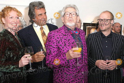 Adrian Edmondson Photo - London Charlie Dimmock David Dickinson Rolf Harris Adrian Edmondson at the launch of Star Portraits with Rolf Harris at County Hall Gallery An exhibition which features well known faces painted by professional portrait artists25 May 2005Ali KadinskyLandmark Media