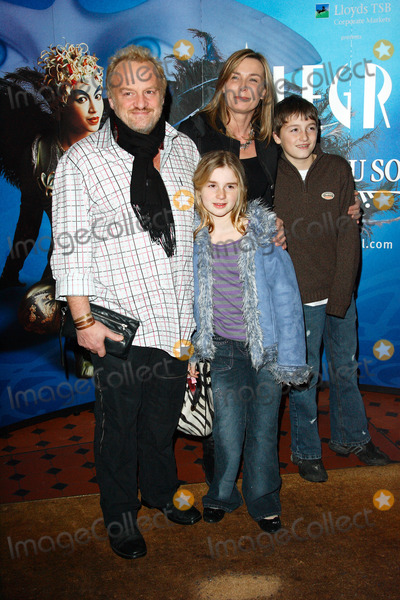 Anthony Worrall-Thompson Photo - London UK  Celebrity chef Anthony Worrall Thompson and family  at the Gala Performance of Cirque du Soleils Alegria at the Royal Albert Hall  5th January  2007 Keith MayhewLandmark Media
