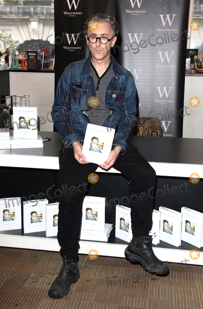 Alan Cummings Photo - London UK Alan Cumming signs copies of his new memoir You Gotta Get Bigger Dreams at Waterstones Piccadilly  8th October  2016 RefLMK73-61561-081016Keith MayhewLandmark Media WWWLMKMEDIACOM