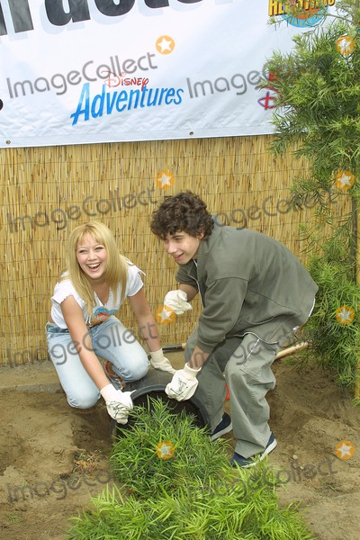 Adam Lamberg Photo - Sd0427 Cast of Lizzie Mcguire Refurbish Grounds of Boys  Girls Club of Burnank the Boys  Girls Club of America Burbank CA Adam Lamberg  Hilary Duffplanting Photo Tom Rodriiguez  Globe Photos Inc (C)