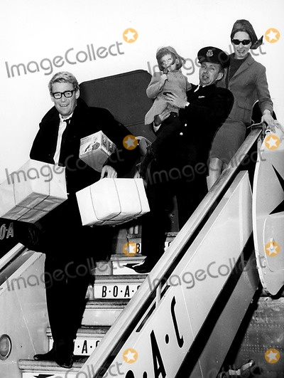 Peter O Toole Photo - Peter Otoole with His Wife and Daughter at the Airport 3141964 Globe Photos Inc Peterotooleretro
