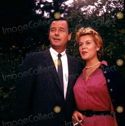 Elizabeth Montgomery Photo - Elizabeth Montgomery Ang Gig Young Photo by Nate Cutler-Globe Photos
