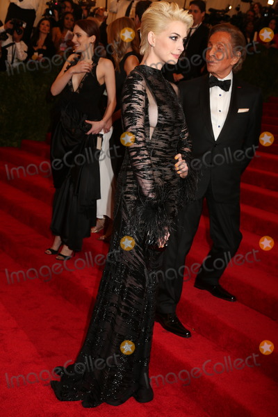 Anne Hathaway Photo - The Metropolitan Museum of Art Costume Institute Gala Celebrating the Exhibition punkchaos to Couture the Metropolitan Museum of Art NYC May 6 2013 Photos by Sonia Moskowitz Globe Photos 2013 Ann Hathaway