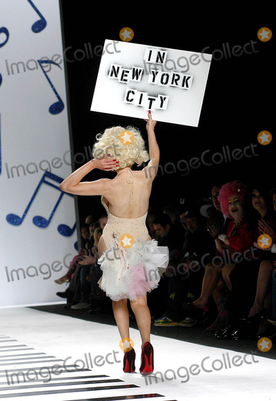 AMANDA LAPORE Photo - Olympus Fashion Week Heatherette Fall 2006 Collection Bryant Park New York City 02-07-2006 Photo Ken Rumments - Globe Photos 2006 Amanda Lapore