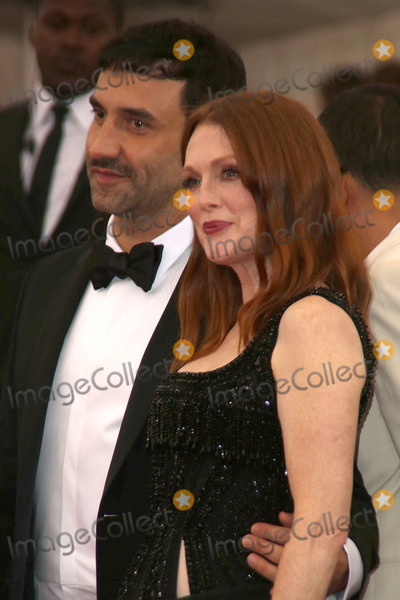 Julianne Moore Photo - The Costume Institute Gala Benefit China Through the Looking Glass  Red Carpet Arrivals the Metropolitan Museum of Art NYC Photos by Sonia Moskowitz Globe Photos Inc Julianne Moore