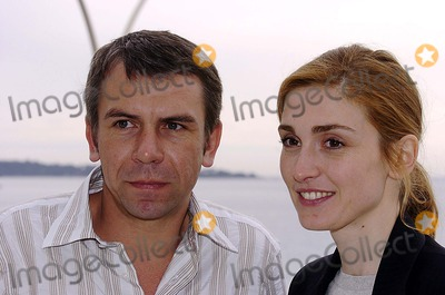 Julie Gayet Photo - Miptv Cannes 04-13-2005 Photo Laurent Loiseau-omedias-Globe Photos Inc 2005 Philippe Torreton Julie Gayet