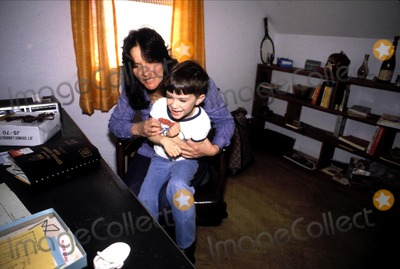Linda Lovelace Photo - Linda Lovelace_son Dominic Photo by Michael NiscarGlobe Photosinc1982 Obit