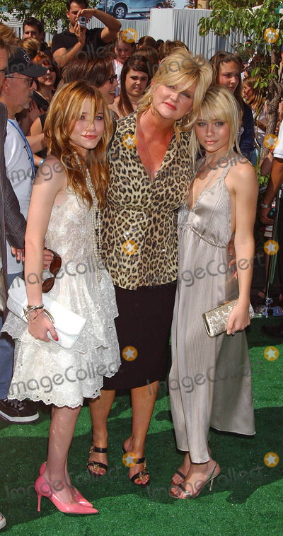 Dennie Gordon Photo - New York Minute World Premiere at Graumans Chinese Theatre Hollywood California 050104 Photo by Miranda ShenGlobe Photos Inc 2004 Mary Kate Olsen Dennie Gordon and Ashley Olsen