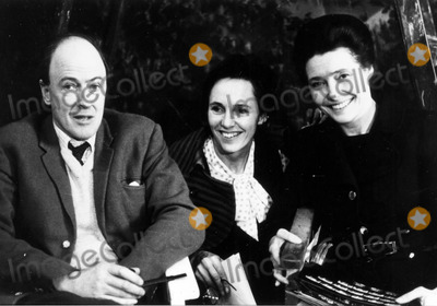 Patricia Neal Photo - Patricia Neal with R Dahl and Valerie Eaton-griffith 30030 Photo by Globe Photos Inc Patricianealretro