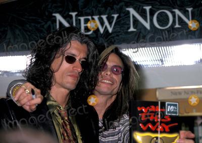 Aerosmith Photo - Sd0922 Aerosmith Book Signing of Walk This Way Barnes  Noble New York City Photo Walter Weissman  Globe Photos Inc 2004 Steven Tyler and Joe Perry