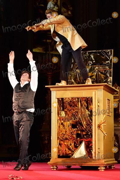 Andre Eisermann Photo - Francis Fulton-Smith (Jedermann) und Andre Eisermann (Mammon) bei der Fotoprobe zu den Jedermann Festspielen im Berliner DomBerlin 15102013Credit Timmface to face