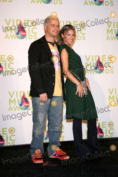 Alejandro Sanz Photo - Alejandro Sanz and Nelly Furtadoin the press room at the 2005 MTV Video Music Awards American Airlines Arena Miami FL 08-28-05