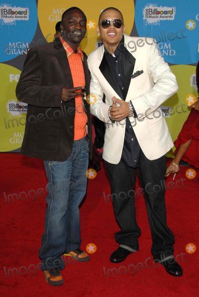Akon Photo - Akon and Chris Brownarriving at the 2006 Billboard Music Awards MGM Grand Hotel Las Vegas NV 12-04-06
