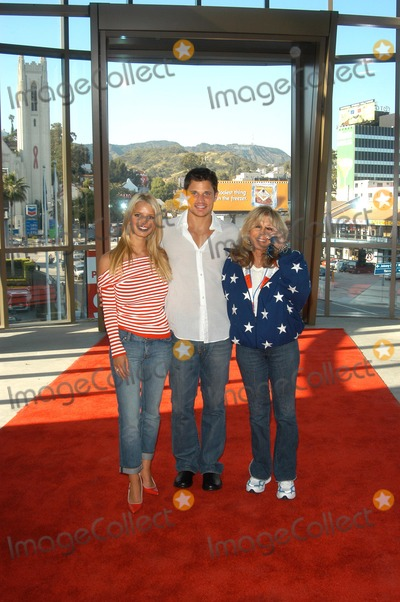 Nancy Sinatra Photo - Jessica Simpson Nick Lachey and Nancy Sinatra at the USOs Salute The Troops free concert for service members Hollywood and Highland CA 05-10-03