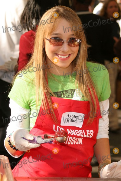 Ashley Edner Photo - Ashley Edner at the Thanksgiving Meal for the Homeless at the Los Angeles Mission Los Angeles CA 11-24-04