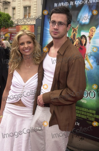 Scooby Doo Photo - Sarah Michelle Gellar and Freddie Prinz Jr at the premiere of Warner Brothers Scooby Doo at the Chinese Theater Hollywood 06-08-02