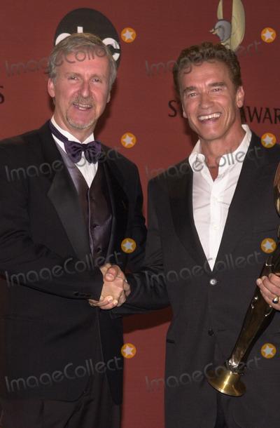 Arnold Schwarzenegger Photo -  James Cameron and Arnold Schwarzenegger at the inaugural World Stunt Awards Barker Hanger Santa Monica 05-21-01