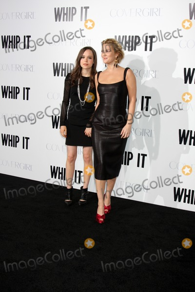 Ellen Page Photo - Ellen Page  Drew Barrymorearriving at the Whip It PremiereGraumans Chinese TheaterLos Angeles  CASeptember 29 2009