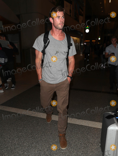 Chris Hemsworth Photo - Photo by SMXRFstarmaxinccomSTAR MAX2018ALL RIGHTS RESERVEDTelephoneFax (212) 995-119642718Chris Hemsworth is seen at LAX Airport in Los Angeles CA