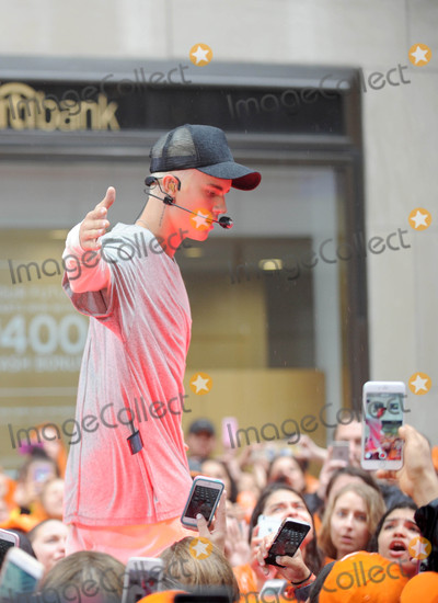 Justin Beiber Photo - Photo by GWRstarmaxinccomSTAR MAX2015ALL RIGHTS RESERVEDTelephoneFax (212) 995-119691015Justin Beiber performs on NBCs Today(NYC)