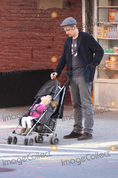 Jane Hawking Photo - Ethan Hawke daughter7541JPGNYC  101010EXCLUSIVE Ethan Hawke and daughter Clementine Jane Hawke (2 years old) walking home from a playground in the West VillageEXCLUSIVE photo by Adam Nemser-PHOTOlinknet