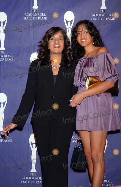 The Ronettes Photo - Honoree Estelle Bennett of The Ronettes with her daughter Toyin in the press room at the 22nd annual Rock And Roll Hall Of Fame Induction Ceremony at the Waldorf Astoria Hotel