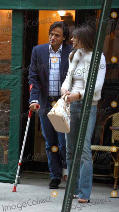 Arun Nayer Photo - British model turned actress Liz Hurley pictured having a lunch with ner new boyfriend Arun Nayer at a restaurant just across the street from her New York hotel New York April 14 2003