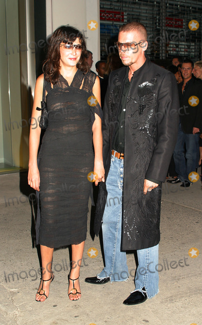 Annabel Nelson Photo - Alexander McQueen with Annabel Nelson at Alexander McQueen New York store opening in New Yorks Meatpacking District September 5 2002