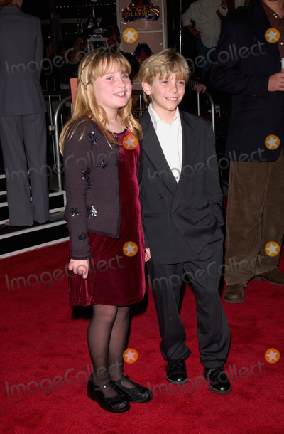 Albert Finney Photo - 14MAR2000  Actress GEMMENNE DE LA PENA and actor SCOTTY LEAVENWORTH at the world premiere in Los Angeles of Erin Brockovich which stars Julia Roberts  Albert Finney Paul Smith  Featureflash
