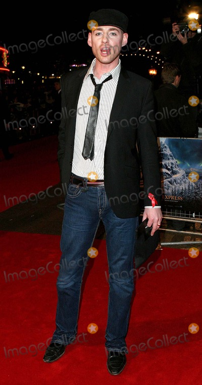 Daniel Bryan Photo - London Daniel Bryan from Big Brother 5 arrives at the Premiere of Polar Express at the Vue Cinema Leicester Square17 November 2004Paulo PirezLandmark Media