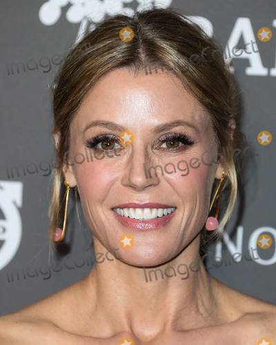 August Getty Photo - CULVER CITY LOS ANGELES CA USA - NOVEMBER 10 Actress Julie Bowen wearing August Getty Atelier with Dean Davidson earrings arrives at the 2018 Baby2Baby Gala held at 3Labs on November 10 2018 in Culver City Los Angeles California United States (Photo by Xavier CollinImage Press Agency)