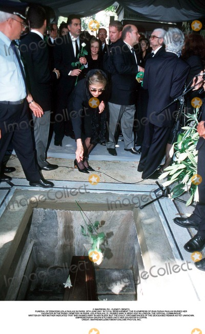As Yet Photo - IMAPRESS PH  CLEMOT  BENITOFUNERAL OF PRINCESS LEILA PAHLAVI IN PARIS 16TH JUNE 2001 IN TOTAL BEREAVEMENT THE EX-EMPRESS OF IRAN FARAH PAHLAVI BURIED HER DAUGHTER IN THE PASSY CEMETERY IN PARIS LEILA PAHLAVI 31 PASSED AWAY A WEEK AGO IN LONDON THE OFFICIAL COMMUNIQUE WRITTEN BY HER MOTHER INDICATED THAT SHE PASSED AWAY IN HER SLEEP BUT THE EXACT CIRCUMSTANCES OF THE DEACEASED REMAIN AS YET UNKNOWNEMPRESS FARAH DROPS A FLOWER ONTO HER DAUGHTERS COFFINCREDIT IMAPRESSCLEMOTBENITOGLOBE PHOTOS INC
