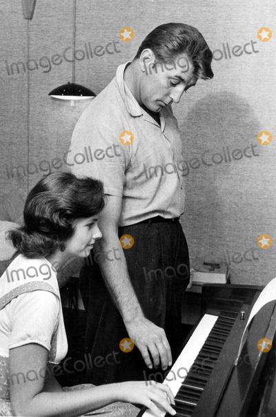 Robert Mitchum Photo - Robert Mitchum Photo by Globe Photos