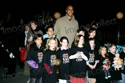 Richard Jefferson Photo - Celebrities Arriving For the Premiere of Ice Age the Meltdown Greet Kids From Nba Cares Ziegfeld Theatre 03-28-2006 Photos by Rick Mackler Rangefinder-Globe Photos Inc2006 Richard Jefferson with Nba Cares Kids
