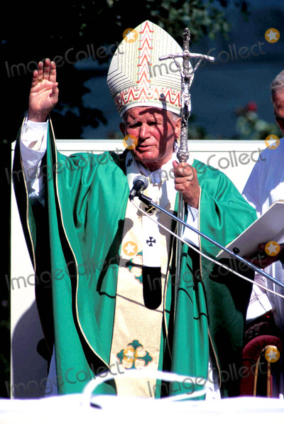 John Paul Photo - Sd1008 Papal Mass Visit to Baltimore Pope John Paul Ii Photo James M Kelly  Globe Photos Inc 1995