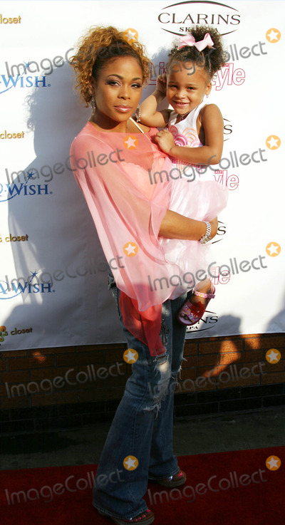 Tionne Watkins Photo -  Life and Style Weekly and Make a Wish Foundation  Present Chases Closet Hosted by T Boz at the Park  Penthouse Garden in New York City 8-02-2005 Photo Byrick Mackler-rangefinders-Globe Photos 2005 Tionne  T Boz  Watkins and Daughetr Chase