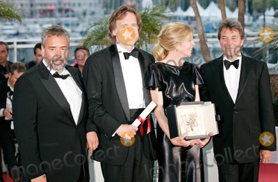 Bill Pohlad Photo - Luc Besson Bill Pohlad Dede Gardner and Accepting the Golden Palm Award on Behalf of Terrence malikwinners photocall64th Cannes Film festivalcannes francemay 22 2011photo Roger Harvey - Globe Photos Inc 2011