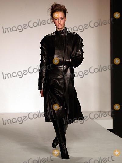 ATIL KUTOGLU Photo - Olympus Fashion Week Atil Kutoglu Fall 2004 Collection at Bryant Park in New York City 02072004 Photo Ken Rumments Globe Photos Inc