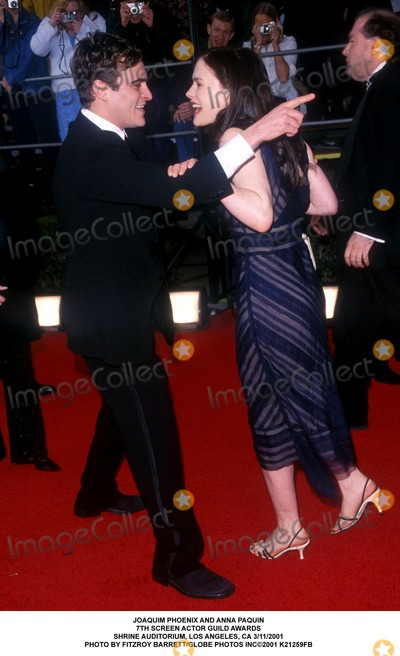 Anna Paquin Photo - Joaquim Phoenix and Anna Paquin 7th Screen Actor Guild Awards Shrine Auditorium Los Angeles CA 3112001 Photo by Fitzroy BarrettGlobe Photos Inc2001