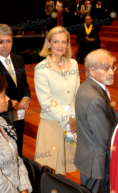 Nane Annan Photo - 20051012 LISBON PORTUGAL  United Nations General Secretary Kofi Annan was honoured by University Nova of Lisbon with the Honoris Causa degree due to his contribution on help of man kind  in terms of human rights cultural values and defense of world-wide patrimony Portuguese President Jorge Sampaio Minister of Cience Jose Mariano Gago and Foreign Affair Minister Diogo Freitas do Amaral as godfather of Kofi Annan attended the ceremony in picture Mrs Nane AnnanK45521PHOTO ALVARO ISIDOROCITYFILESGLOBE PHOTOS INC  2005
