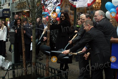 Henry Stern Photo - K34048RMKIEHLS AND PROMINENT NEW YORKERS TO REPLANT HISTORIC PERA TREE AT PETER STUYVESANT PEAR TREE CORNER  KIEHLS RECIEVES PROCLAMATION FROM THE CITY OF NEW YORK EVENT HELD AT THE KIEHLS NEW  FLAG SHIP STORE ON 3RD AVNUE AND 13TH STREET NEW YORK CITY 11122003PHOTO RICK MACKLER RANGEFINDERS GLOBE PHOTOS INC  2003HENRY STERN