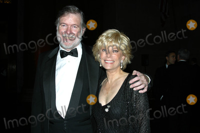 Aaron Latham Photo - I7188CHWTHE MUSEUM BALL 2002TO BENEFIT THE AMERICAN MUSEUM OF NATURAL HISTORY S EDUCATIONAL PROGRAMMING HELD AT THE AMERICAN MUSEUM  OF NATURAL HISTORY IN  NEW YORK CITY 11212002PHOTO BY CLINTON H WALLACEIPOLGLOBE PHOTOS INC  2002LESLIE STAHL WITH  HUSBAND AARON LATHAM