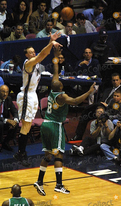 Antoine Walker Photo - Sd0521 New Jersey Nets Versus the Boston Celtics Eastern Conference Finals Game 2 Continenetal Airlines Arenameadowlands NJ Keith Van Horn and Antoine Walker Photojohn BarrettGlobe Photos Inc