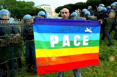 Circo Photo - Mauro Scrobogna  Lapresse04-06-2004 RomaPoliticaManifestazioni anti Bush e contro guerra Iraqnella foto ariche delle forze dellordine al circo Massimo  manifestante con bandiera pacePROTESTORS LINE THE CITY STREETS IN PROTEST OF PRESIDENT BUSHS VISITK37726